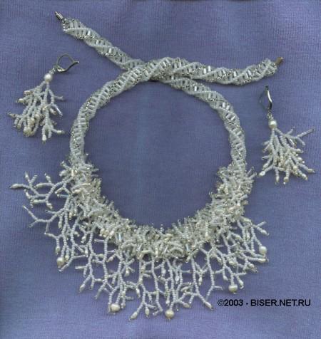 Тут одновременно мозаичный жгут, расшитие мехом по центру и висюльки-кораллы.